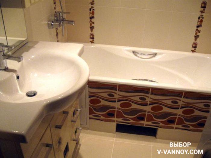 Используйте орнамент в декоре деликатно, не перегружая небольшое пространство ванной.