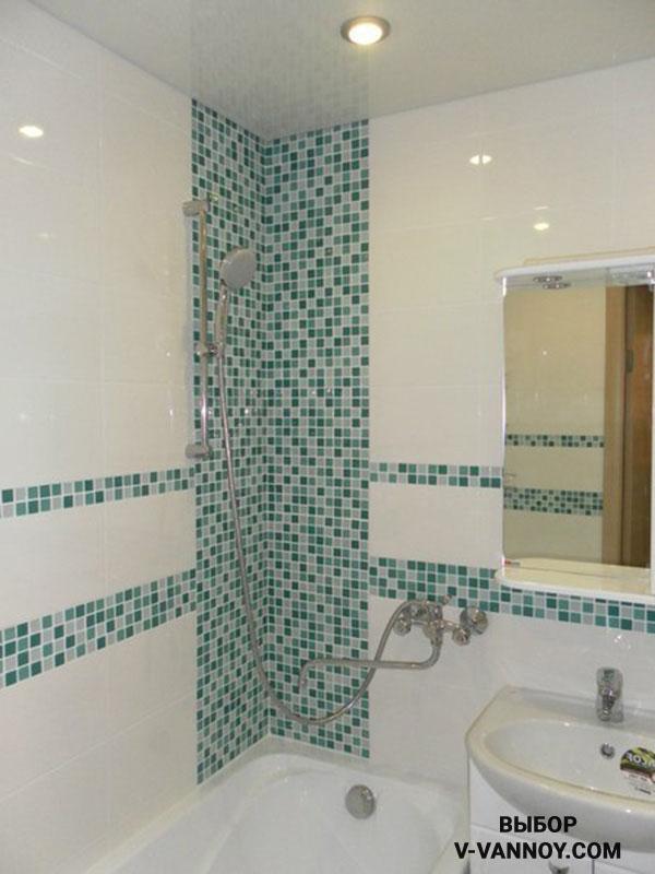 Глянцевая плитка создаёт эффект просторной ванной комнаты без туалета.