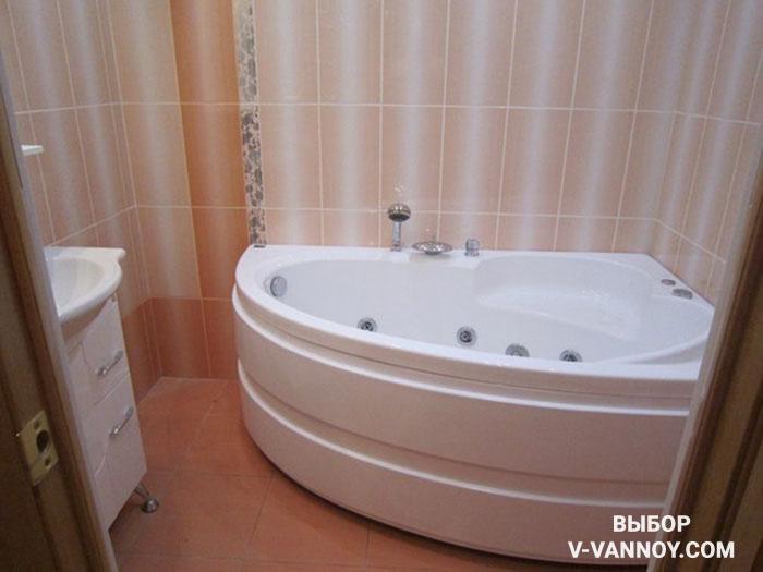 Вертикальный ориентир рисунка на плитке создает эффект высокого потолка в ванной.