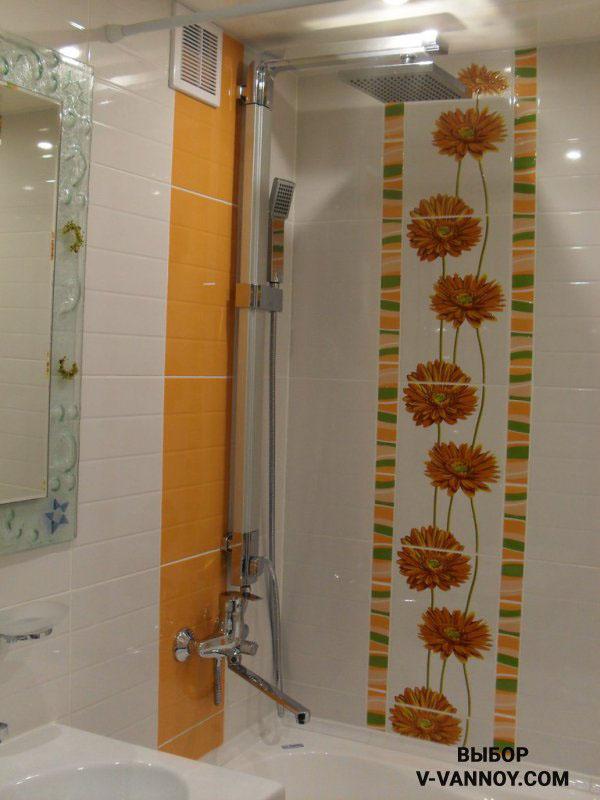 Ванная комната с душем и темно-коричневой плиткой на полу