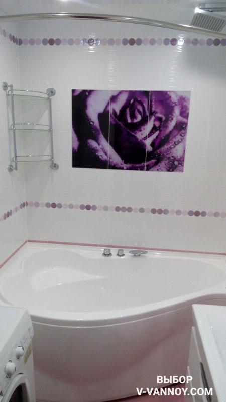 Дизайн ванной комнаты в фиолетовых тонах с ванной в форме капли