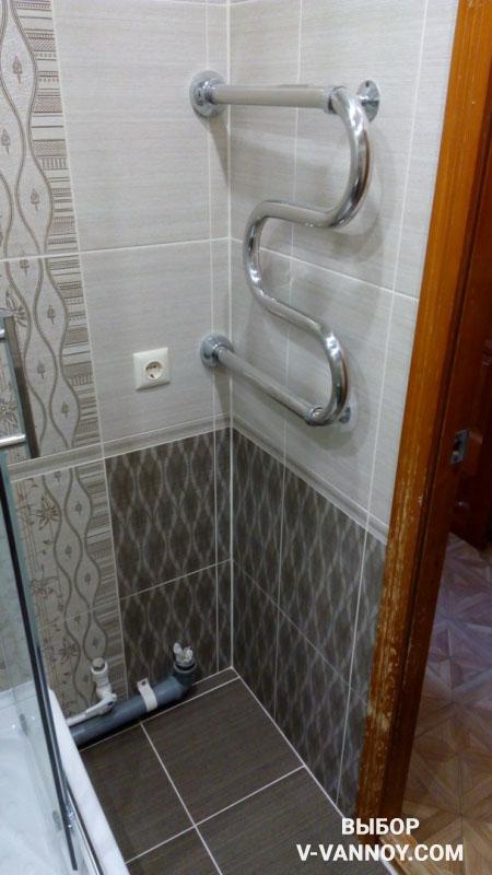 Маленькая ванная без стиралки, но с душевой кабиной со стеклянными дверцами