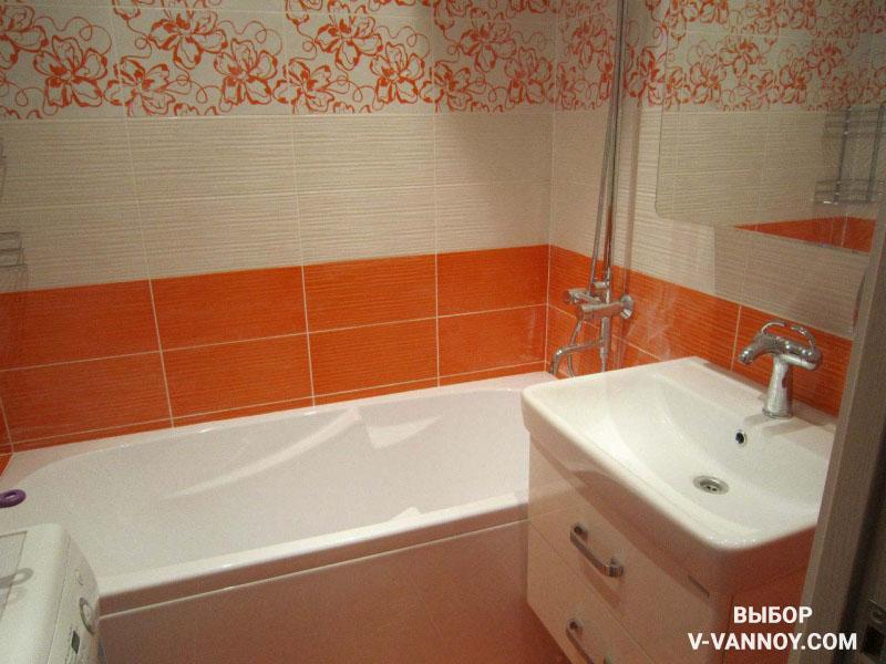 Яркую плитку в небольшой ванной следует дополнить нейтральным оттенком.