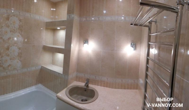 Просторная бежевая ванная с цветочной плиткой и ярким освещением