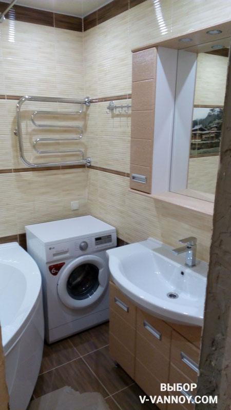 Сливочно-кофейные стены, белая угловая ванна и узкая раковина