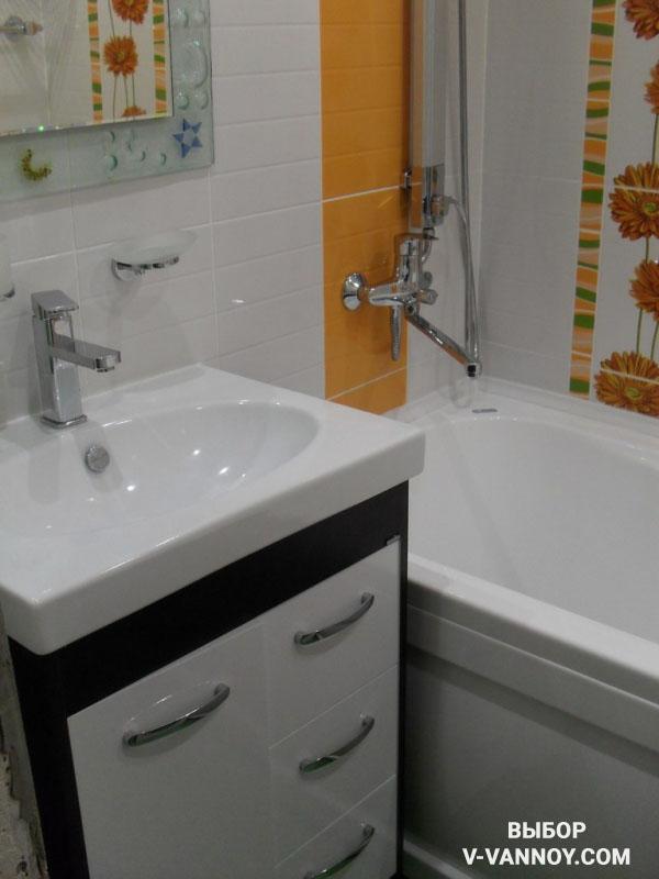 Дизайн ванной в белом цвете с добавлением оранжевой и зеленой плитки.