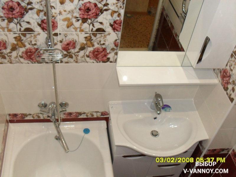 Ванная с красным полом, белыми стенами и цветочной плиткой.