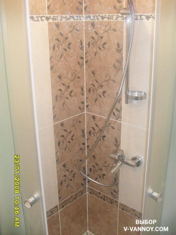 Ванная с коричневым полом, душевым уголком и узорчатой декоративной плиткой.