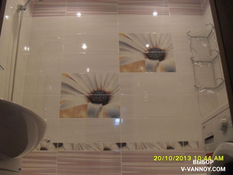 Белый санузел с сиреневыми вставками и ромашками