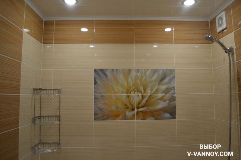 Ванная в светлых коричневых тонах с полосатой плиткой