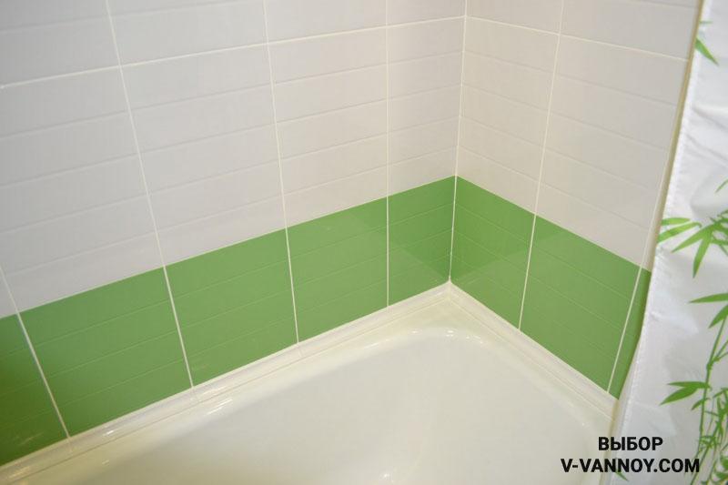 Светлая зеленая ванная с белыми цветами