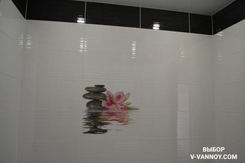 Черно-белая ванная с глянцевой плиткой и угловой ванной