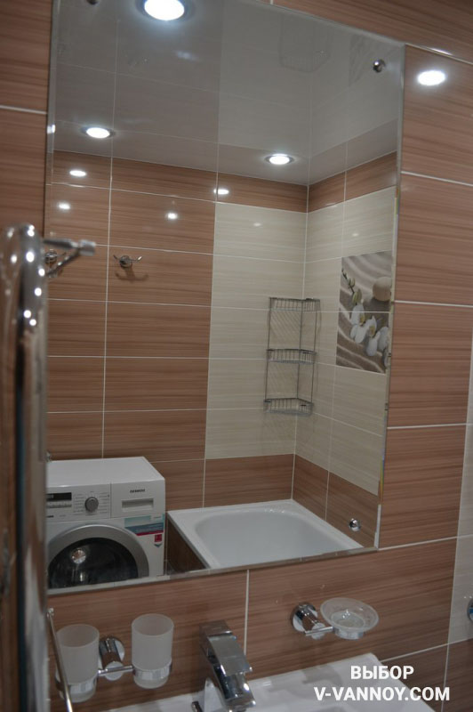 Бежевая ванная в теплом оттенке с цветами и белой сантехникой
