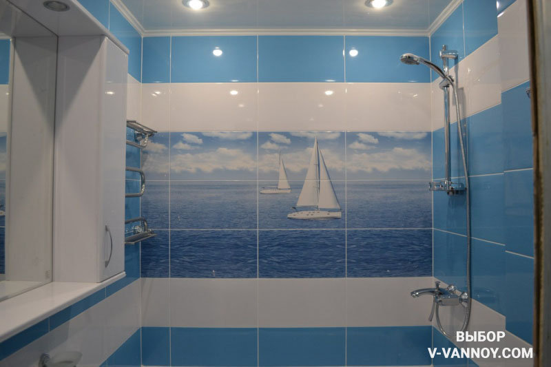 Светлая голубая ванная с декоративной плиткой в морском стиле