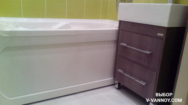 Белая ванная с орхидеями и вставками цвета лайма