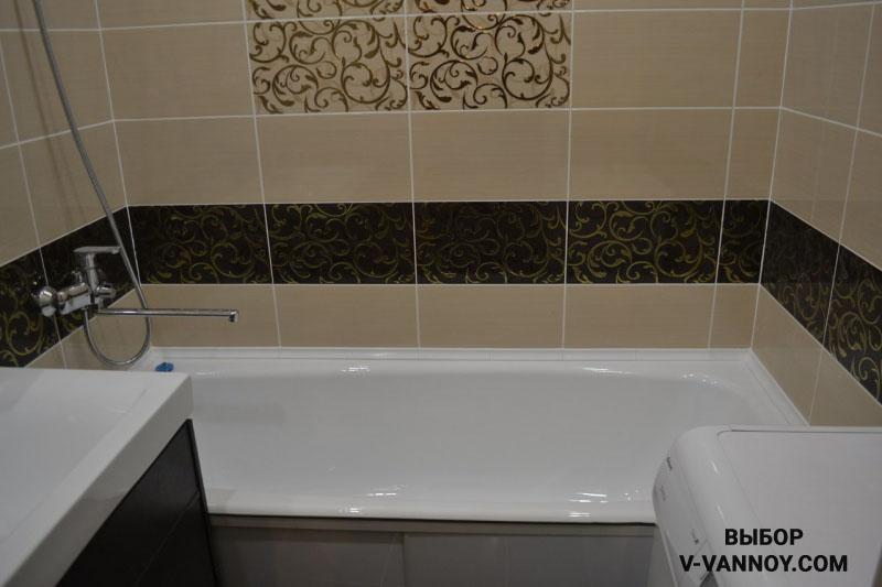 Отделка ванной в бежевых и черных тонах с золотистыми вставками.