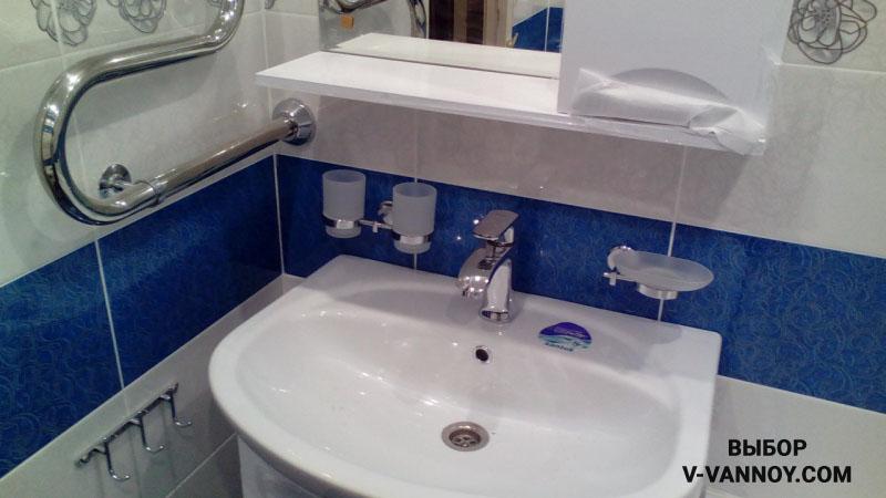 Бело-синяя ванная с узорчатой плиткой