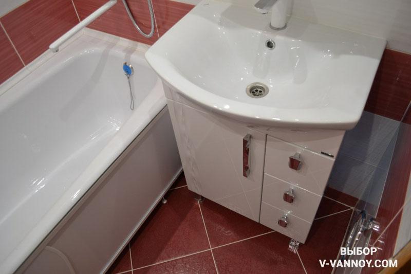 Белая ванная комната с бордовыми вставками