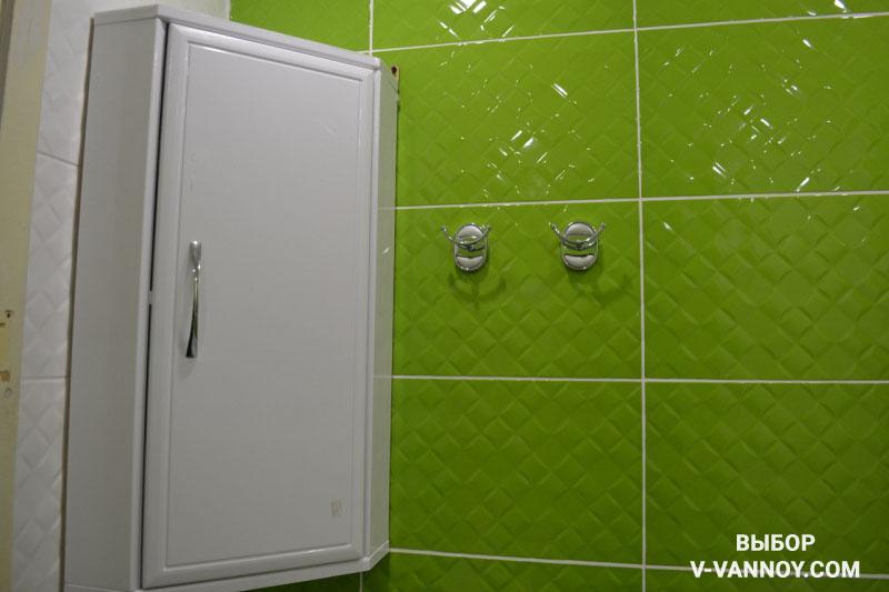 Дизайн ванной с зелеными стенами из глянцевой плитки (8 фото)