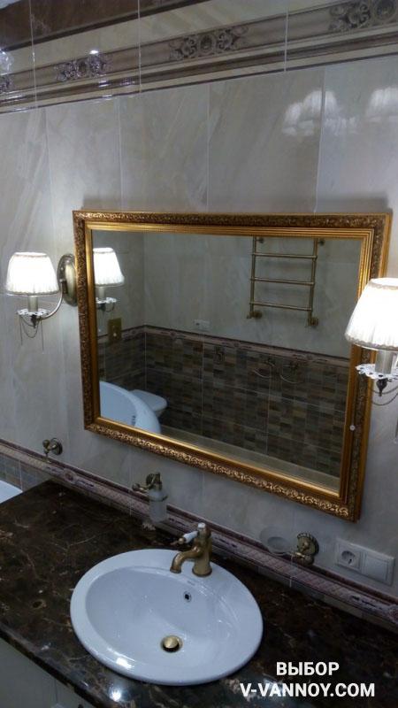 Роскошная ванная с большой люстрой и золотыми деталями (10 фото)