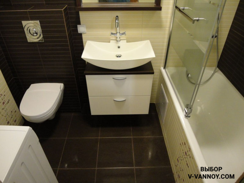 Мебель должна подходить общей задумке интерьера по тонам и форме. Сочетаться с сантехническими приборами.