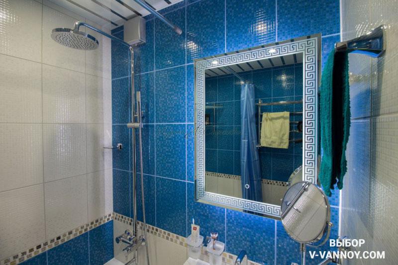 Подсветка и зеркальные элементы эффектно дополнят дизайн небольшого санузла, придавая легкость.