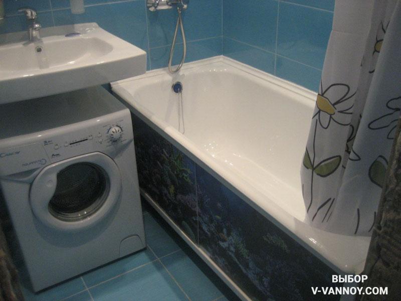 Декоративный экран монтируется под ванной, закрывая коммуникации. Стиральная машина и раковина в данном случае занимают общую площадь.