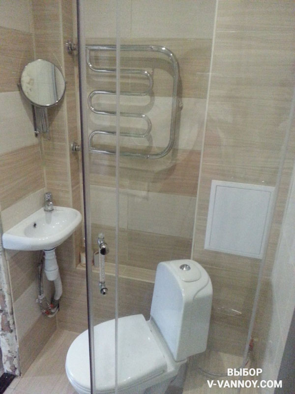 При объединении ванной с туалетом достаточно часто сантехнику располагают под углом, либо используют угловые модели (унитазов, раковин).