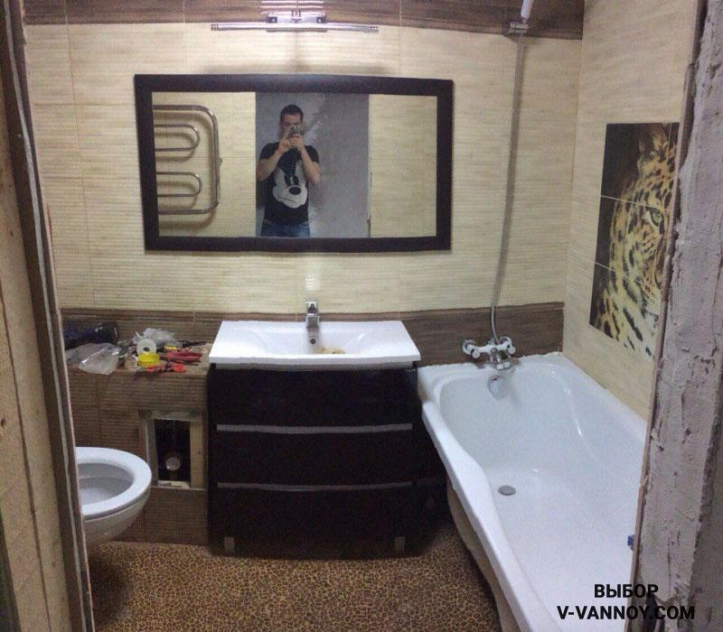 Если дверь в комнату находится в широкой части помещения, в таком случае ванну монтируют справа, либо слева от входа.