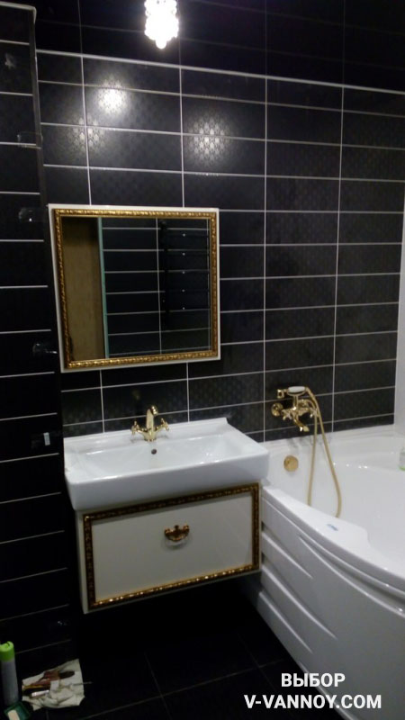Дизайн совмещенного черно-белого санузла с  золотистыми деталями (9 фото)