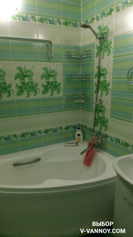 Дизайн светлой зелено-голубой ванной с рельефным потолком (9 фото)