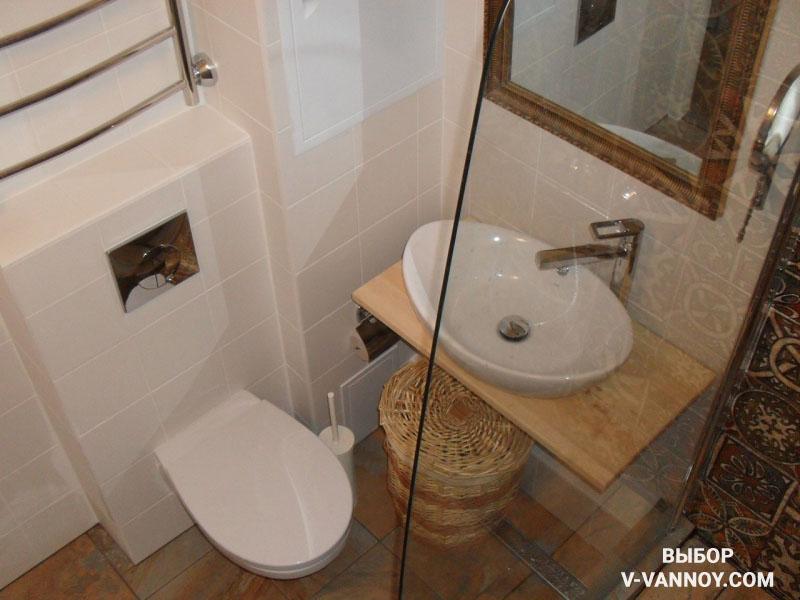 Белая ванная с экзотическими рисунками