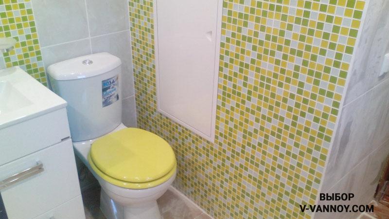 Дизайн ванной с лимонно-зеленой мозаикой и глянцевым потолком (7 фото)