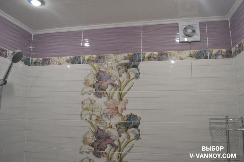 Бело-сиреневая ванная с глянцевой керамической плиткой (10 фото)