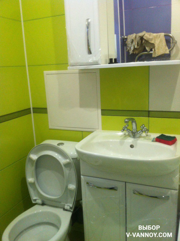 Многофункциональное помещение 4 кв. м, совмещающее унитаз, ванну, тумбу с умывальником и стиральную машину.