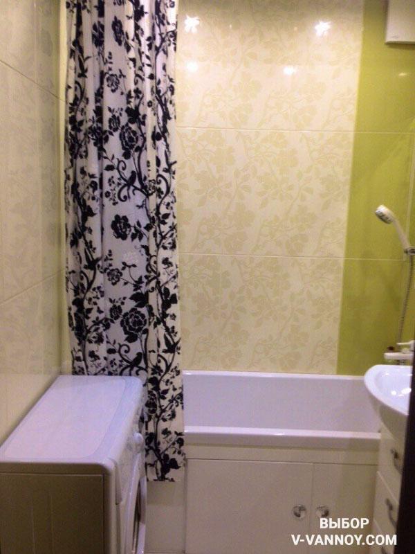 Цветочный орнамент на шторке сочетается с растительными узорами кафеля.