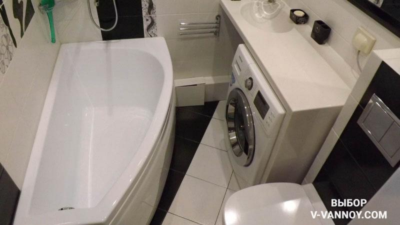 Пример компактной планировки. Над стиральной машиной смонтирована столешница с раковиной, которая также является дополнительным местом для хранения.