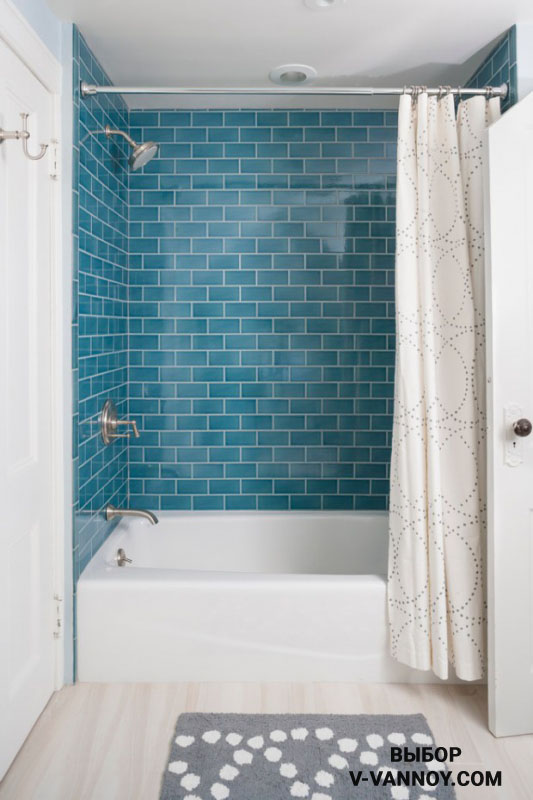 Выделение зоны ванной цветом в интерьере санузла, выполненном в светлых оттенках.