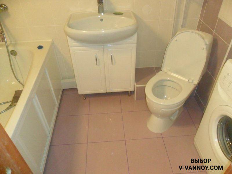 Пастельная гамма в совмещенном пространстве. Унитаз сместили в угол, таким образом в ванной освободилась площадь для установки стиральной машины.