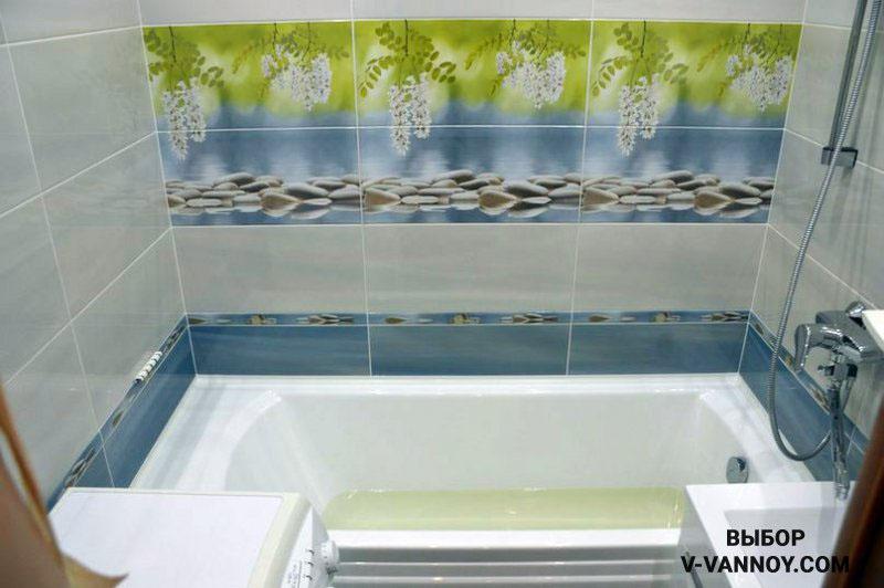 Для ванной комнаты в хрущевке выбрали коллекцию плитки с нейтральным фоном, декоративным бортиком и панно, состоящим из 6 плиток.