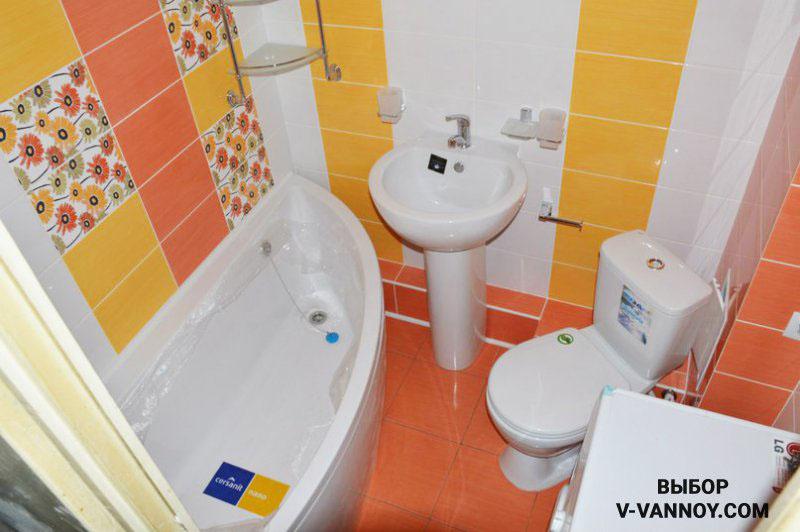 Оранжево-желтый интерьер в совмещенном санузле. Угловая ванна радиальной формы позволит перемещаться в помещении с комфортом.