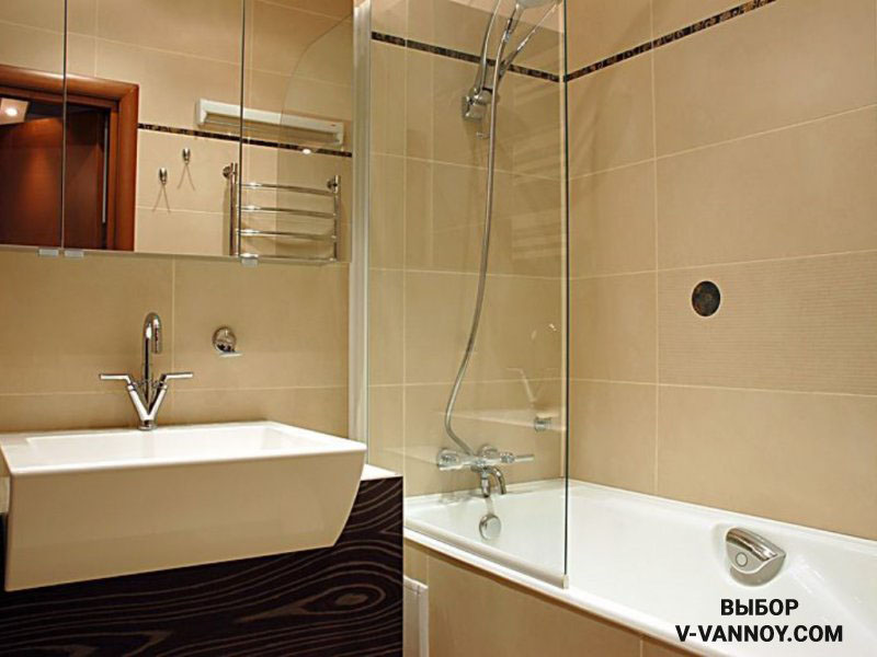 Комбинированный вариант: ванна-душевая кабина. Текстильные занавески заменили экраном из стекла. В таком пространстве можно принимать душ в полный рост, не боясь устроить потоп в санузле.