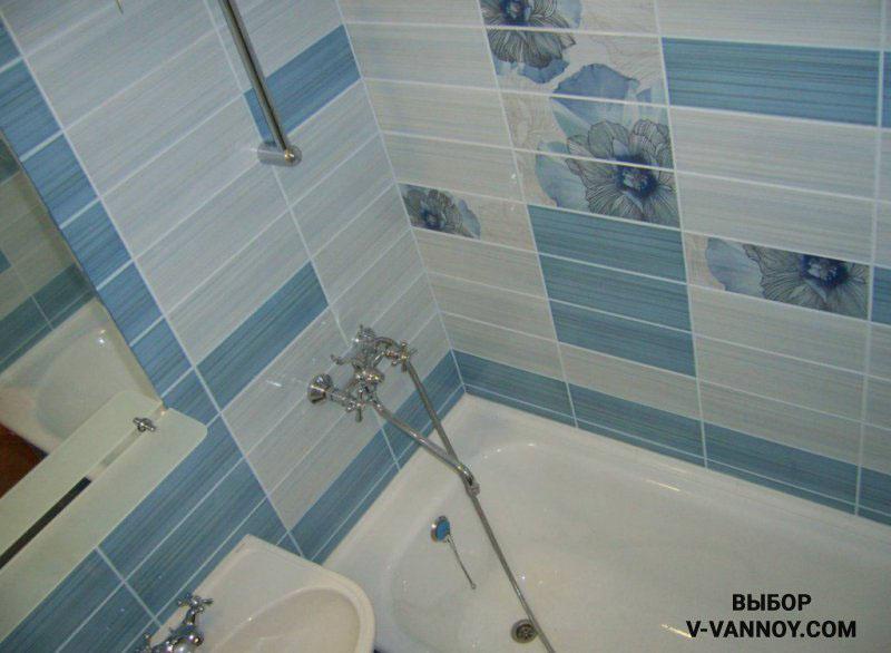 Нежно-голубая гамма плитки одной коллекции. Цвет формирует ощущение глубины, горизонтальная раскладка визуально увеличивает небольшую площадь.
