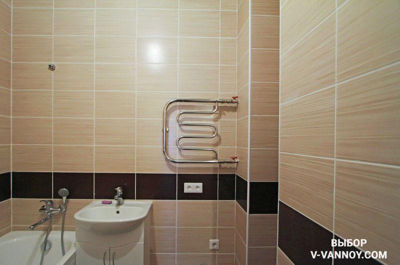 Интерьер в бежевой гамме с темной полосой на контрасте. Тонкий бордюр подчеркивает геометрию помещения и добавляет дизайну ванной интересный штрих.