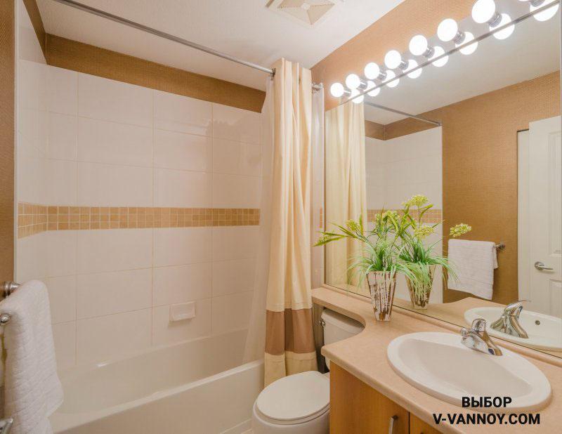 Подсветка на границе зеркала эффектно освещает верхнюю часть и зрительно «приподнимает» потолок.