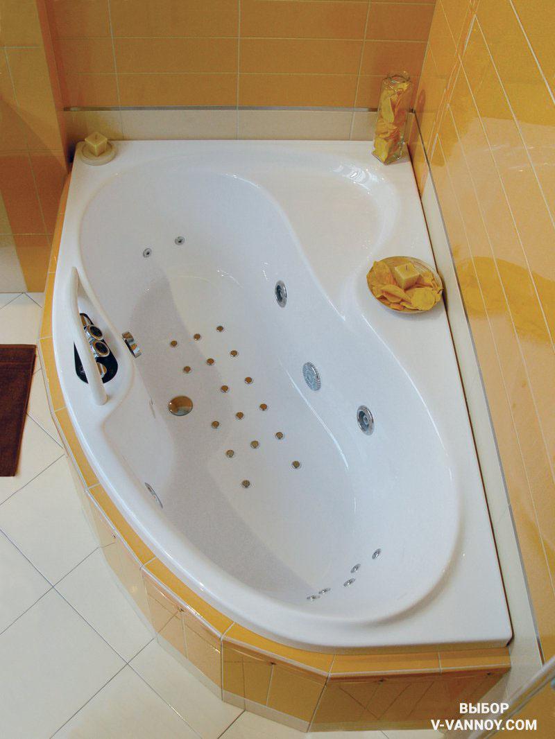 При выборе нужно учитывать не только обычную длину и ширину ванны, которые она займет вдоль стен. Не менее важно сопоставить форму и максимальные выступы с площадью и геометрией помещения.