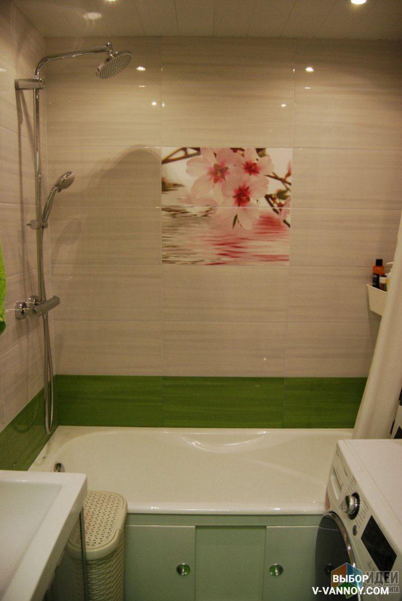 Зеленая полоса – яркий акцент на бежевых стенах. Иногда декор сочетают с керамикой других коллекций. Главное – подобрать материалы в одном стиле и учесть тип покрытия (матовое, глянцевое). Горизонтальная раскладка предпочтительна для небольшого помещения, однако вертикальный ориентир позволит «поднять» потолок, при необходимости.