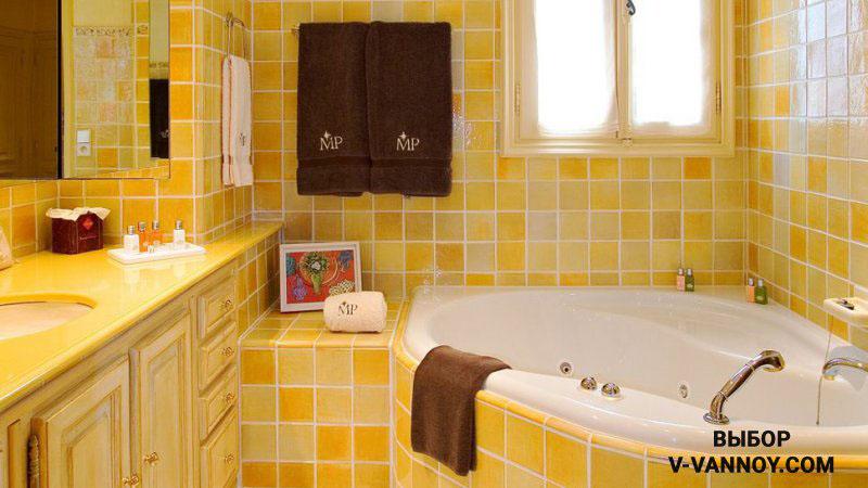 Прованс в лимонной гамме. Ванная вмонтирована в специальный короб, который оформлен керамикой. Облицовка занимает максимум поверхности санузла, мебель гармонирует с основным фоном. Благодаря этому помещение воспринимается едино, несмотря на разные функции.