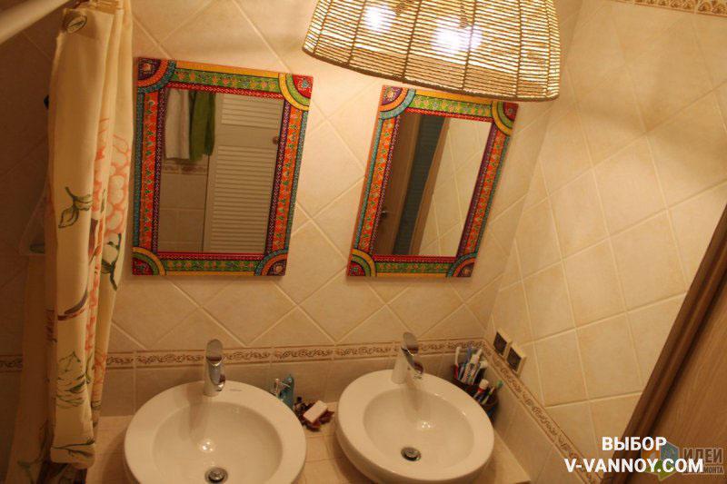Кантри-стиль в ванной формирует обрамление зеркал, абажур лампы, бежевая занавеска, деревянная дверь и облицовка под камень с декоративным бордюром. Мягкий свет позволяет расслабиться во время водных процедур.
