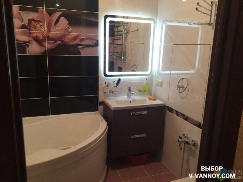 Стильная подсветка делает зеркало почти невесомым, а угловая ванна радиальной формы идеально подходит для тесной площади – она не препятствует движению в комнате.